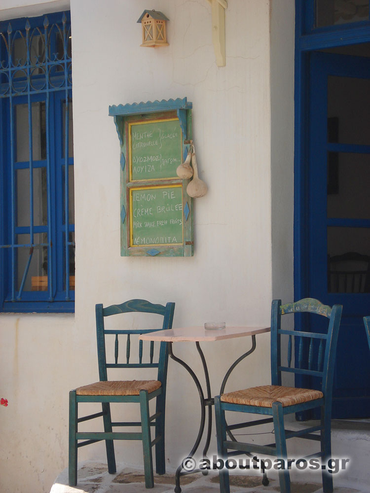 Café traditionnel sur la place du village de Lefkes